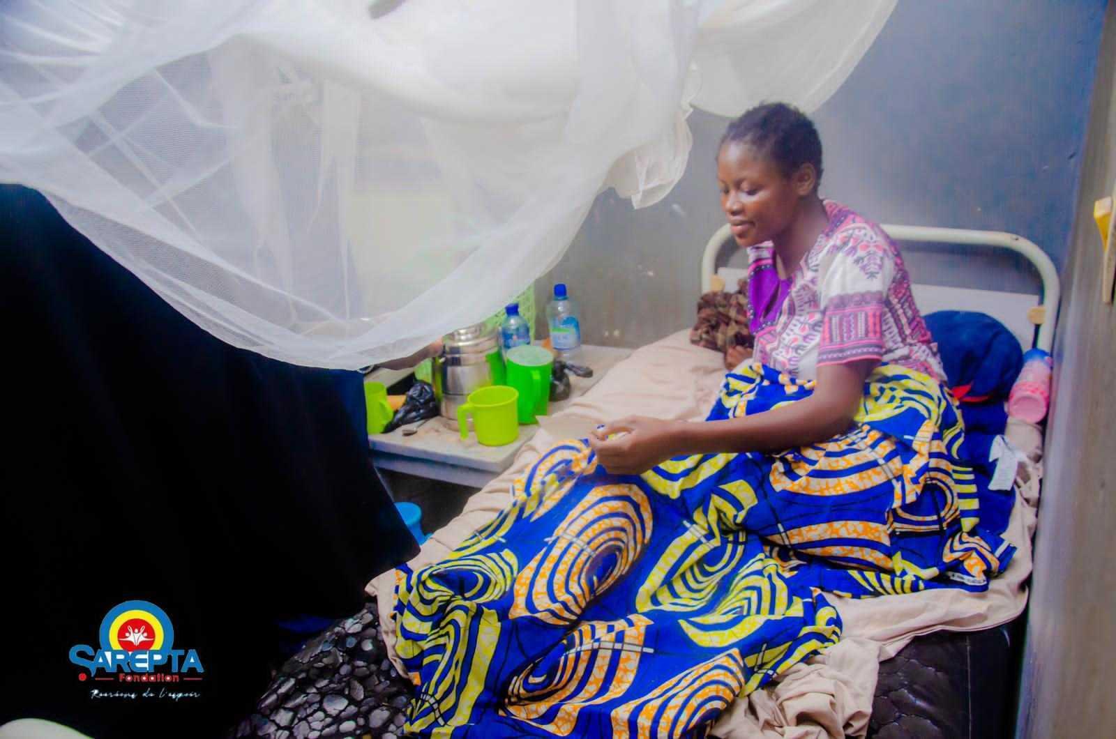 La Fondation Sarepta vole au secours des mamans retenues dans certains hôpitaux de Kinshasa pour non-paiement de frais (CongoForum)