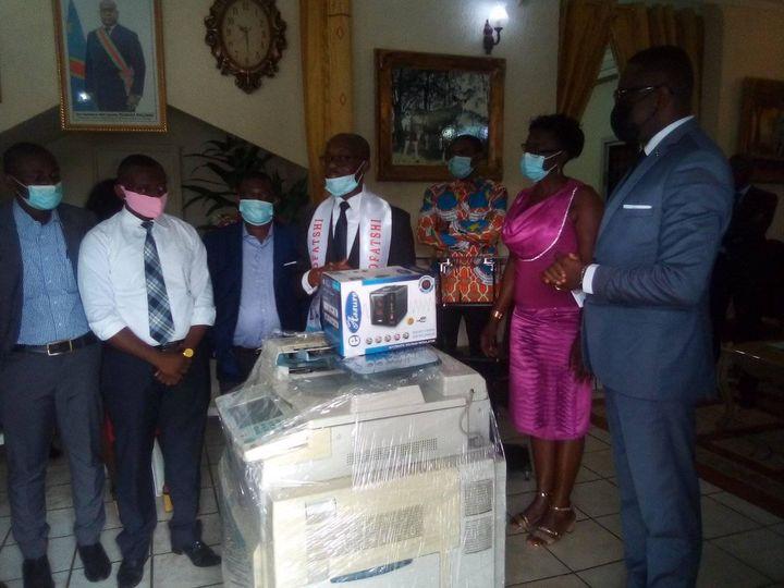 Cameroun : l'association Asofatshi Cameroun apporte des dons aux associations et aux étudiants pour commémorer les 61 ans de l'indépendance de la RDC